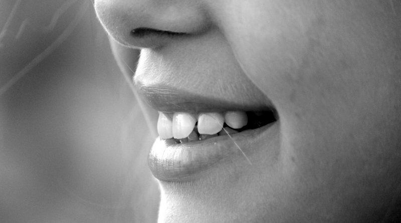 Izbeljivanje zuba, jabukovo sirće, zubi, zubar, usta, ispiranje, zubna gleđ, mrlje na zubima, osvežava dah